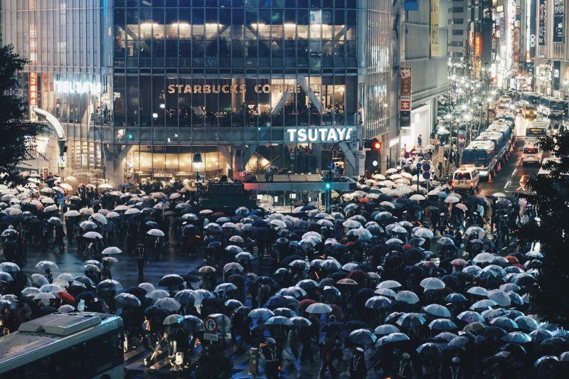 Kreuzung Shibuya, Menschen mit Regenschirmen
