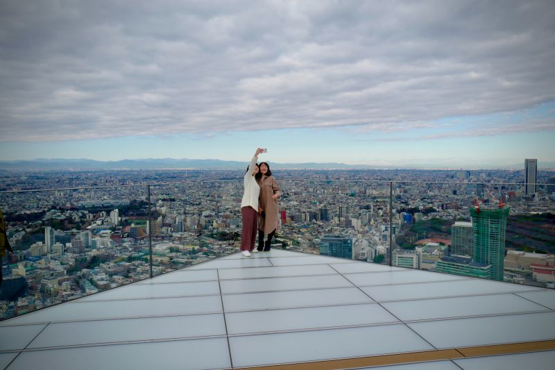 Touristen machen Foto auf dem Shibuya Sky Aussichtsdeck, Shibuya Scramble Tokio