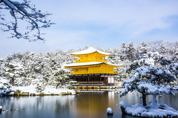 Kinkakuji Tempel im Winter mit schneebedecktem Dach