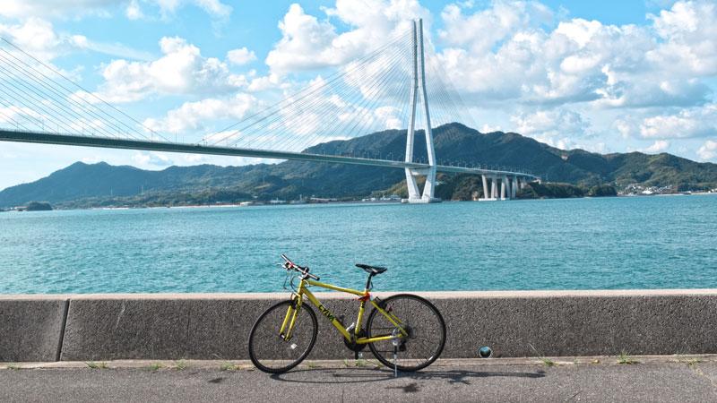 Fahrrad vor Tatara Brücke, berühmte Radstrecke in Japan