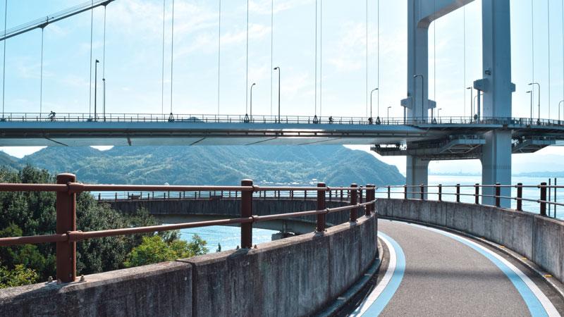 Radweg mit blauer Linie, Shimanami Kaido