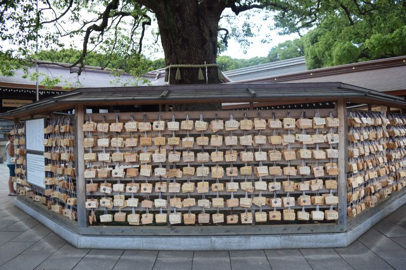 Wand mit Wunsch-Holztafeln , Tempelbesuch in Japan