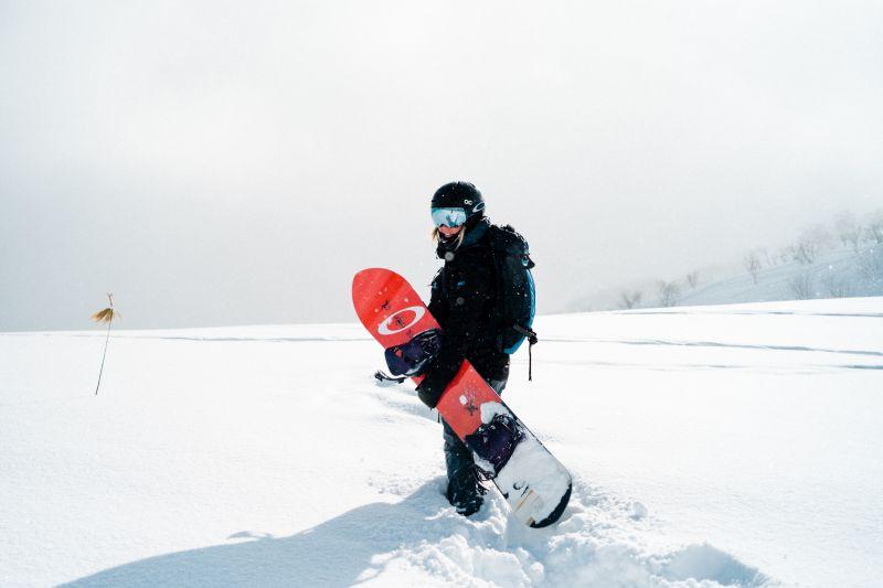 Snowboarder in Hokkaido, Japan im Winter