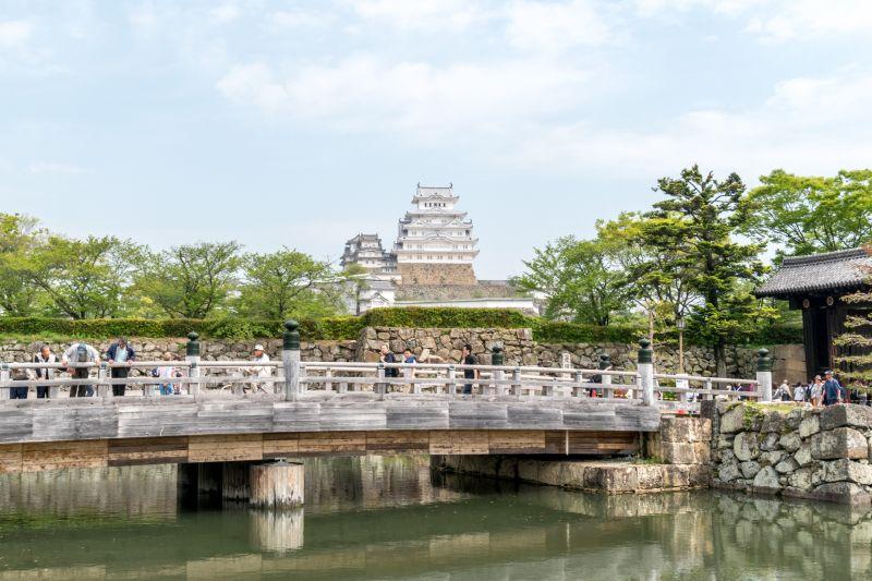 Brücke vor Himeji-jo, Sehenswürdigkeit in Himeji