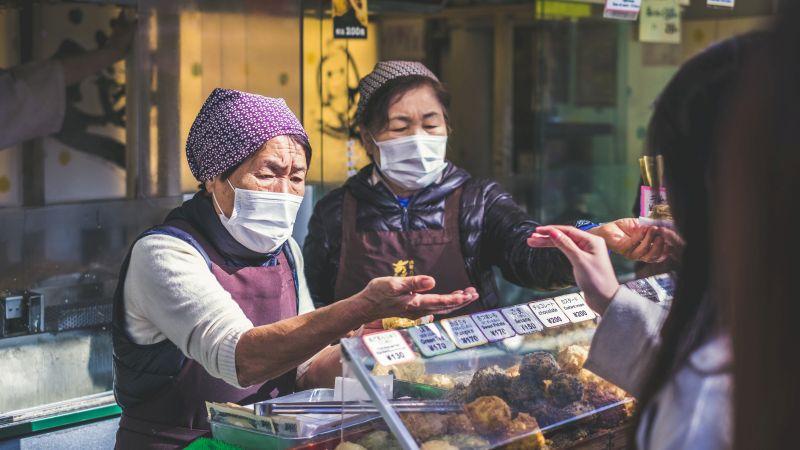 Frauen auf dem Markt, Bezahlung in Japan, Bargeld oder Kreditkarte