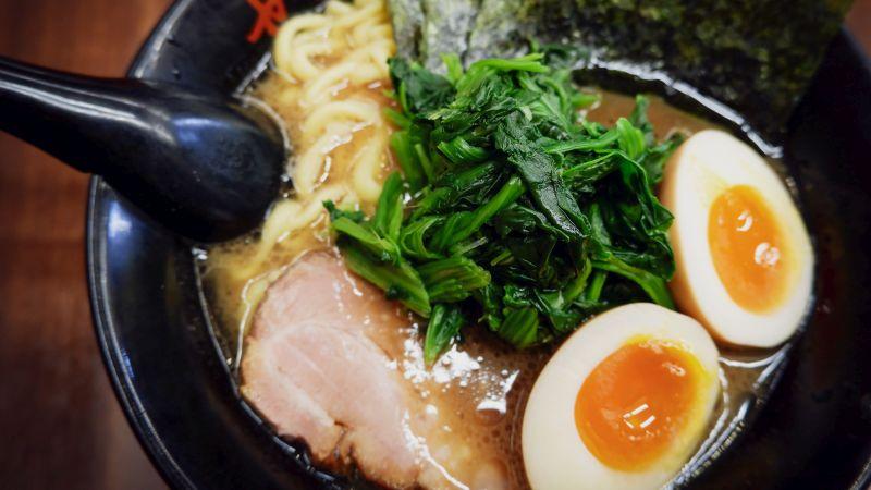 Ramen, japanische Nudelsuppe mit Beilagen, Essen in Japan